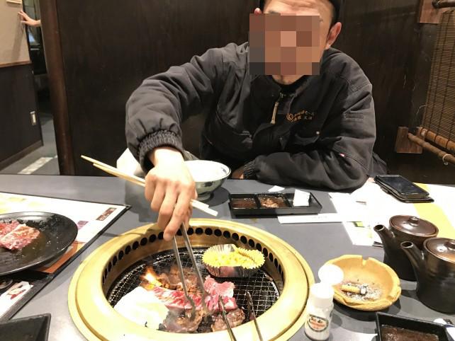 焼き肉を食べる光浦さん (仮名)